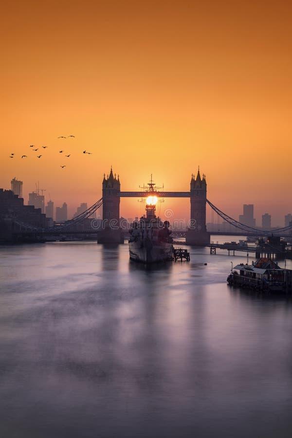 Salida del sol detrás del puente de la torre en Londres, Reino Unido fotografía de archivo
