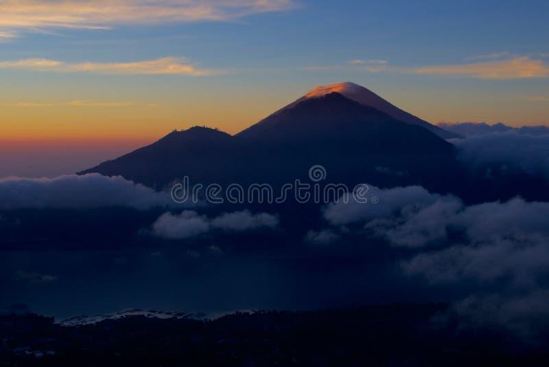 Salida del sol detrás del soporte Agung del volcán activo fotografía de archivo