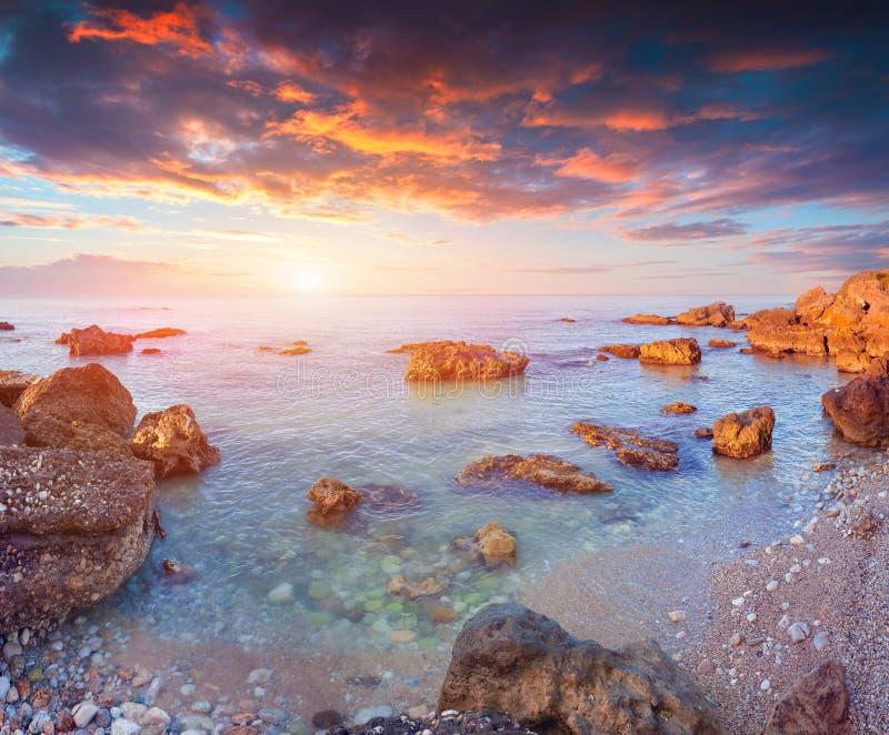 Salida del sol dramática de la primavera en la costa del soyth de Sicilia foto de archivo libre de regalías