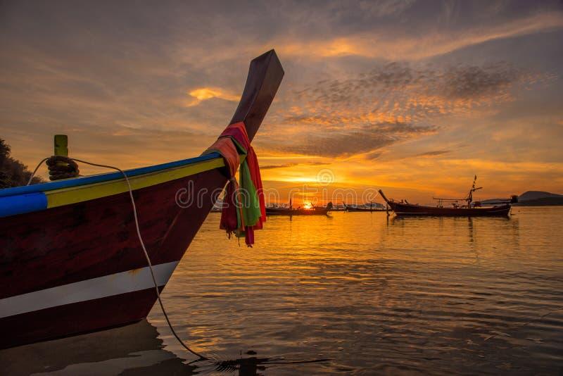 Salida del sol dramática hermosa en la playa de Rawai con la cola larga del andaman fotografía de archivo