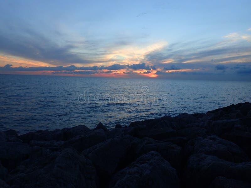 Salida del sol el lago Michigan de Chicago foto de archivo