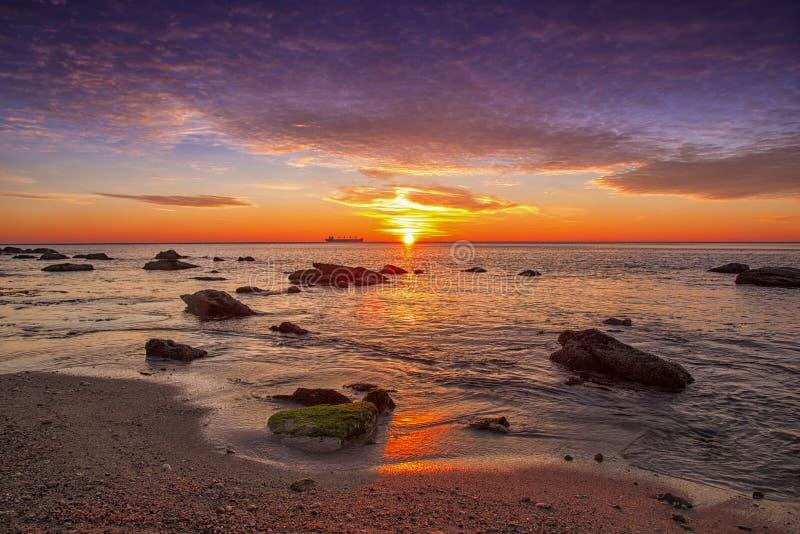 Salida del sol emocionante sobre el mar fotografía de archivo libre de regalías