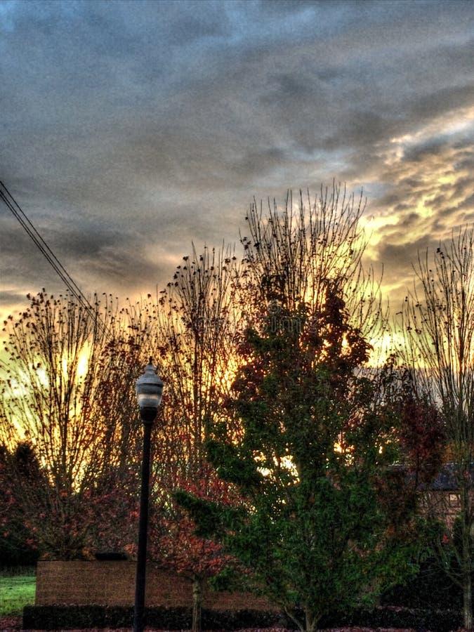 Salida del sol en barrios residenciales periféricos imagen de archivo libre de regalías