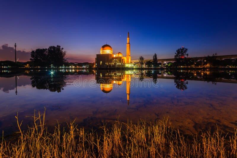Salida del sol en como-salam el puchong de la mezquita, Malasia foto de archivo