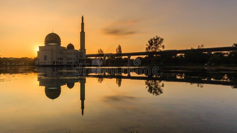 Salida del sol en como-salam el puchong de la mezquita, Malasia imagen de archivo