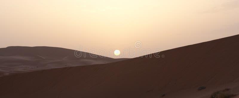 Salida del sol en desierto de la arena fotos de archivo libres de regalías