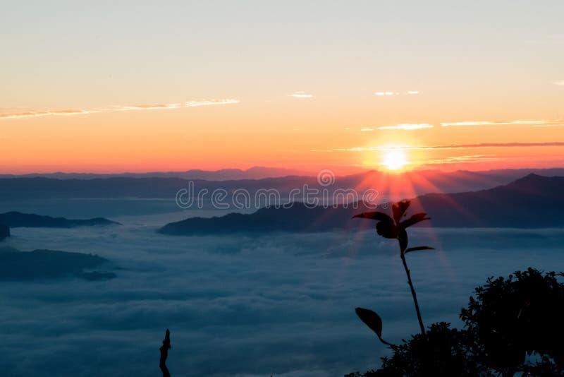 Salida del sol en Doi Luang Chiangdao fotos de archivo