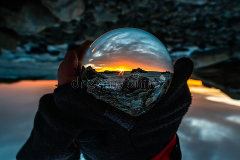 Salida del sol en Eftang, Larvik, Noruega a través de la bola de cristal fotografía de archivo