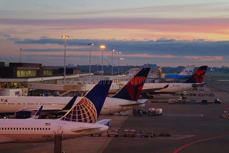 Salida del sol en el aeropuerto de Schipol fotografía de archivo