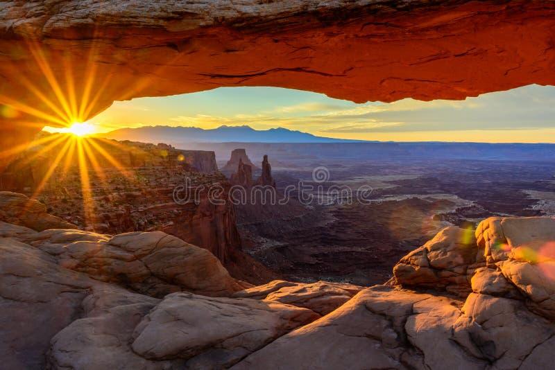 Salida del sol en el arco del Mesa imagen de archivo libre de regalías