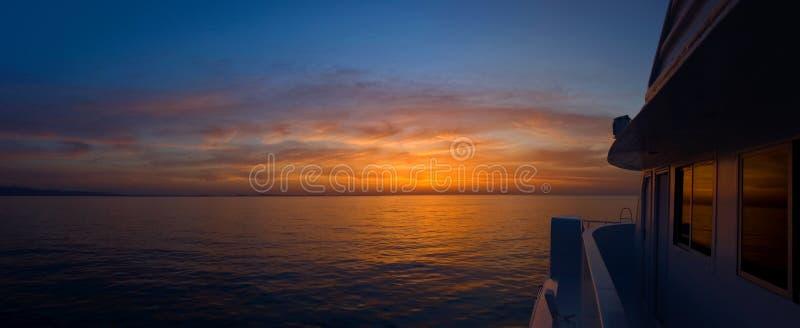 Salida del sol en el barco fotos de archivo