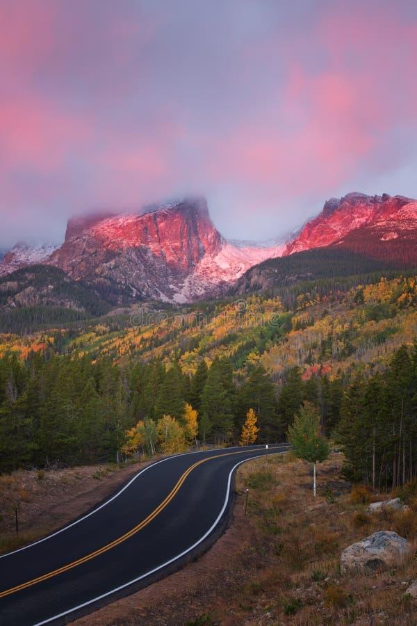 Salida del sol en el camino del lago bear en Rocky Mountain National Park imagen de archivo libre de regalías