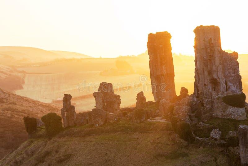 Salida del sol en el castillo de Corfe imágenes de archivo libres de regalías