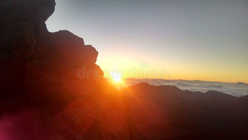 Salida del sol en el cráter de Haleakala, sobre las nubes imagen de archivo libre de regalías
