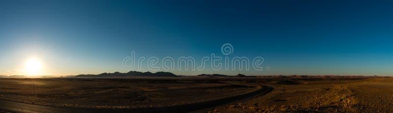 Salida del sol en el desierto (cerca de Sossusvlei, de Namibia) foto de archivo