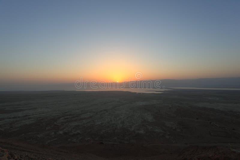 Salida del sol en el desierto de Judaean de Masada fotos de archivo