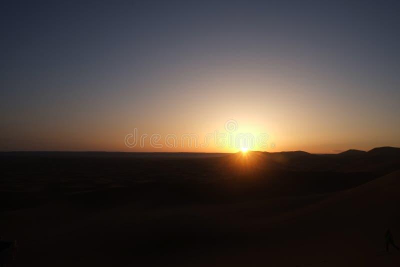 Salida del sol en el desierto del Sáhara Merzouga, Marruecos foto de archivo