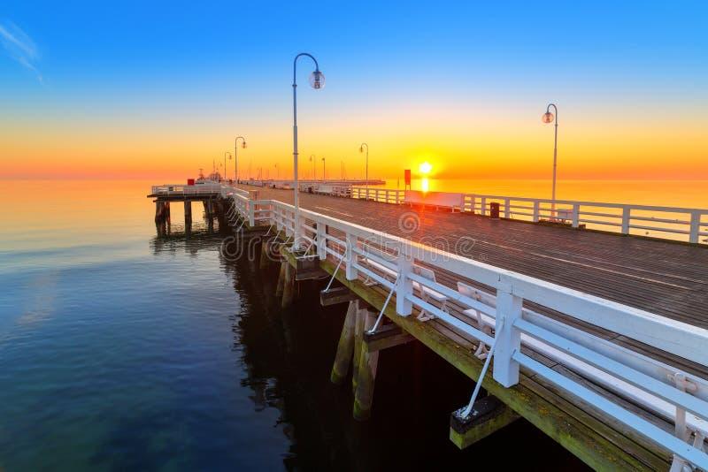 Salida del sol en el embarcadero de madera en el mar Báltico imágenes de archivo libres de regalías