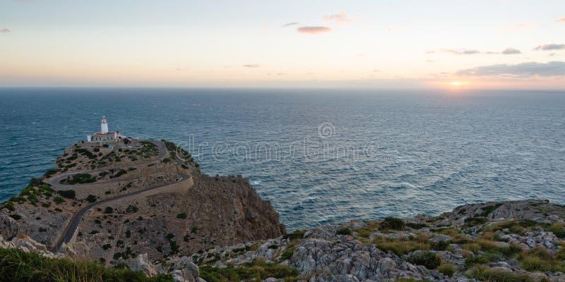Salida del sol en el faro en Cap de Formentor, Mallorca fotos de archivo libres de regalías