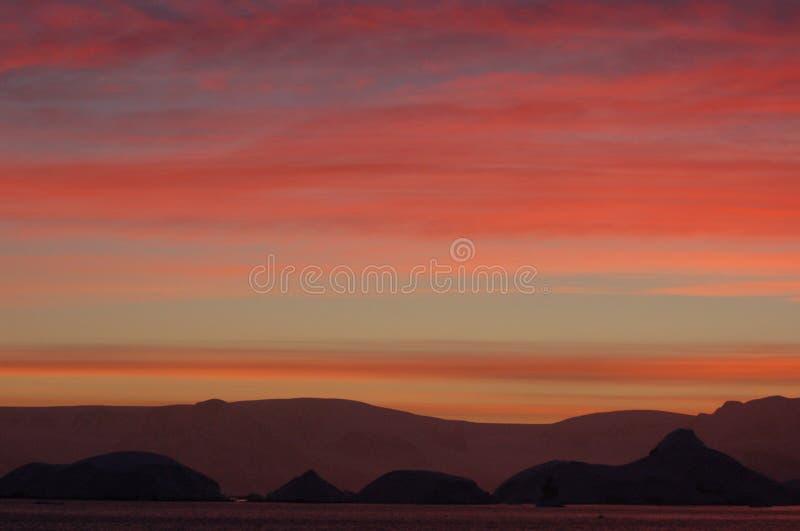 Salida del sol en el horizonte fotografía de archivo