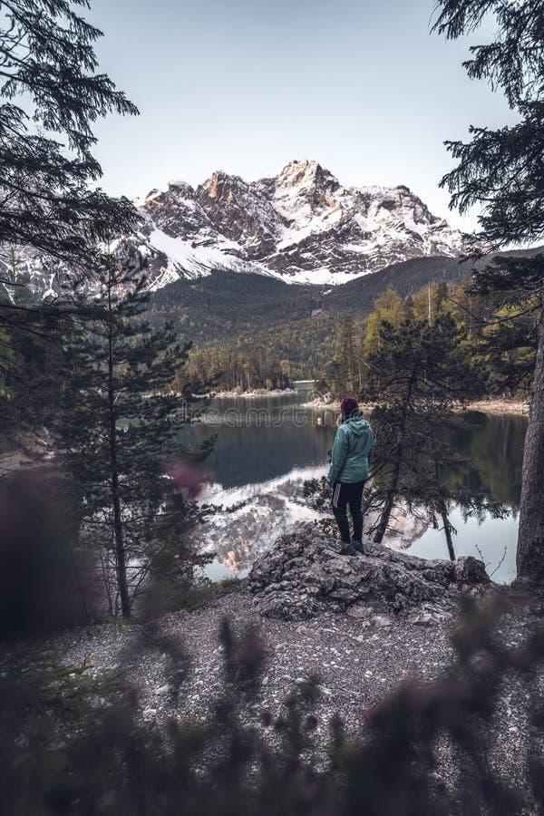 Salida del sol en el lago Eibsee de la monta?a fotografía de archivo libre de regalías