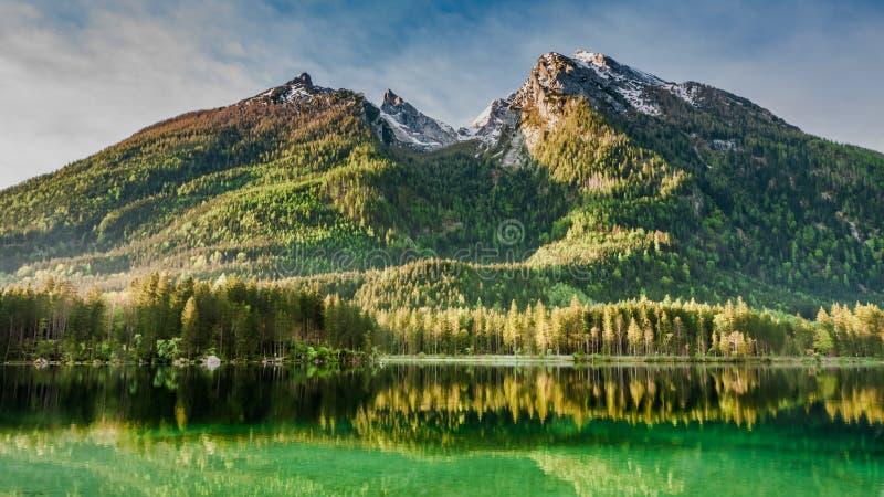Salida del sol en el lago Hintersee en las montañas imagen de archivo