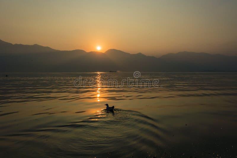 Salida del sol en el lago Inle, Birmania fotografía de archivo libre de regalías