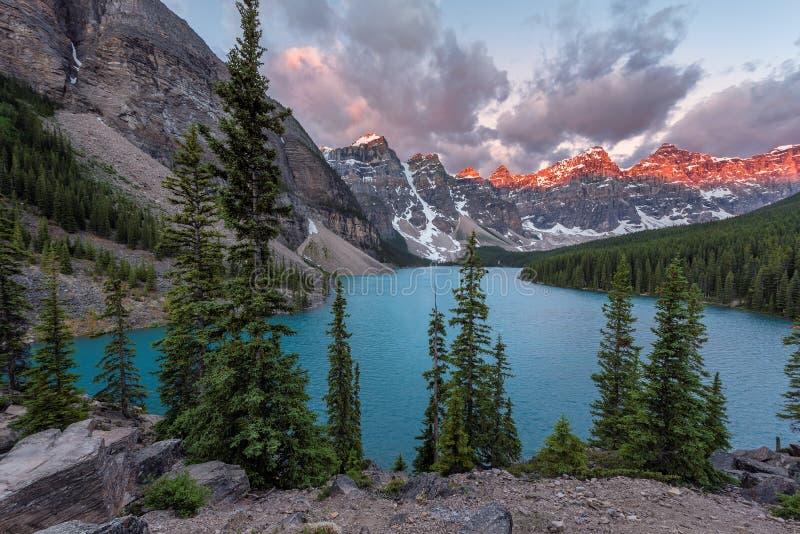 Salida del sol en el lago en montañas rocosas canadienses, parque nacional de Banff, Canadá moraine imágenes de archivo libres de regalías