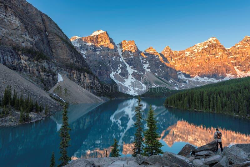 Salida del sol en el lago moraine en Canadá fotografía de archivo libre de regalías