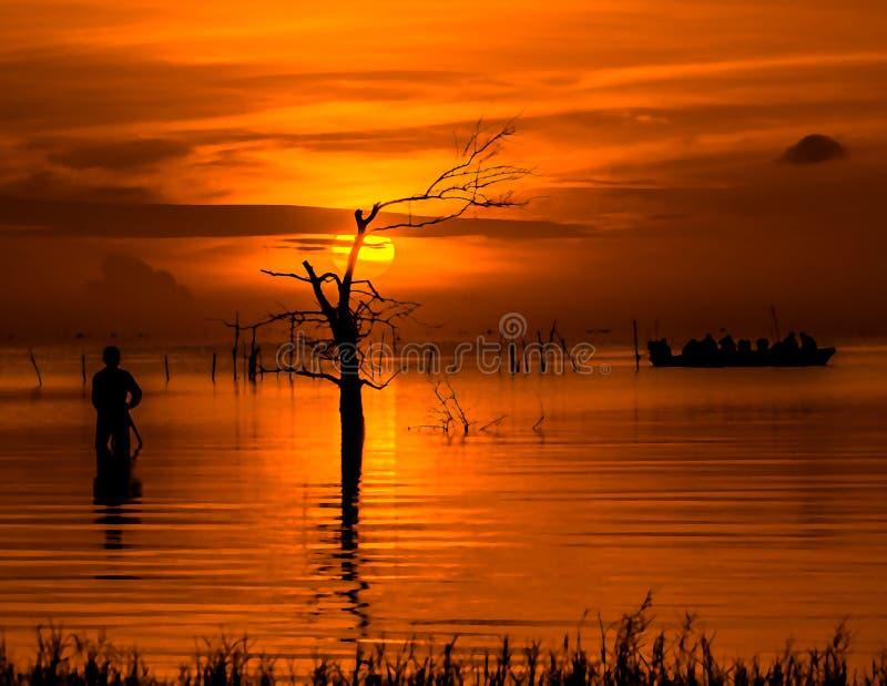 Salida del sol en el lago Phatthalung Tailandia del songkhla imagen de archivo libre de regalías