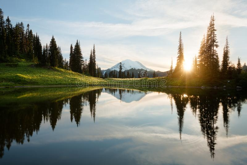 Salida del sol en el lago Tipsoo con el Mt rainier foto de archivo