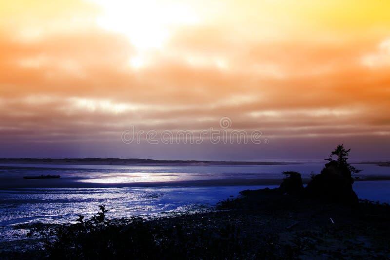 Salida del sol en el mar imagen de archivo