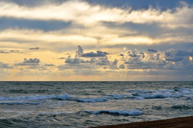 Salida del sol en el mar en cielo profundo imágenes de archivo libres de regalías