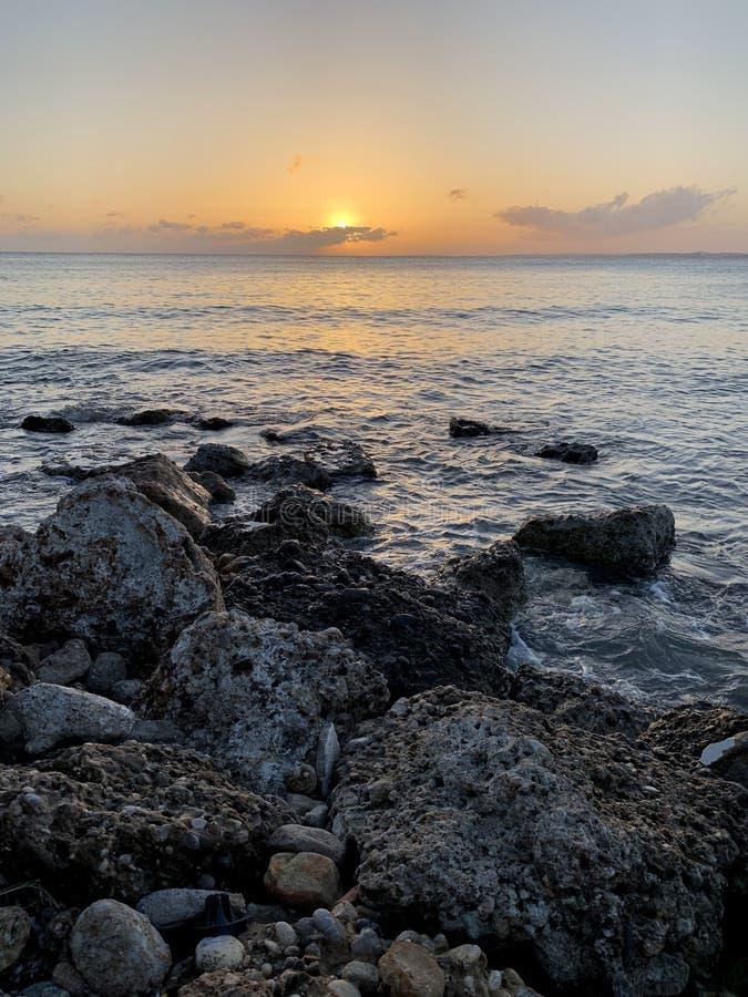 Salida del sol en el mar en el medio de una playa de piedra en Georgia fotografía de archivo libre de regalías
