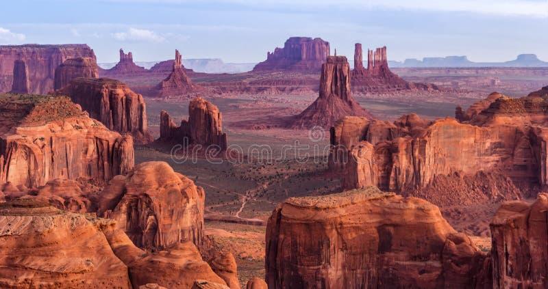 Salida del sol en el Mesa de las cazas cerca del valle del monumento, Arizona, los E.E.U.U. imagen de archivo