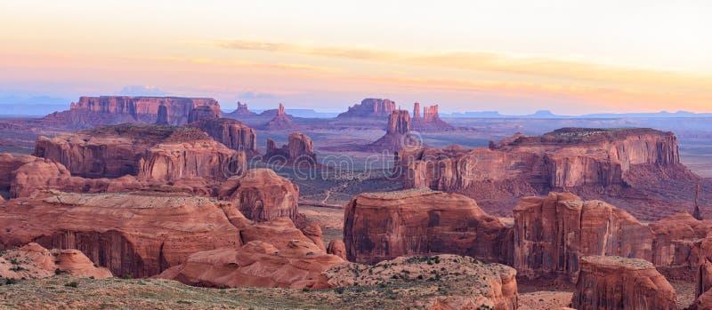 Salida del sol en el Mesa de las cazas cerca del valle del monumento, Arizona, los E.E.U.U. foto de archivo libre de regalías