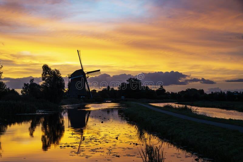 Salida del sol en el molino de viento holandés fotografía de archivo libre de regalías