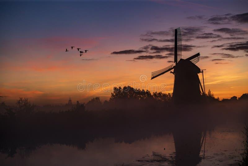 Salida del sol en el molino de viento holandés imagen de archivo libre de regalías