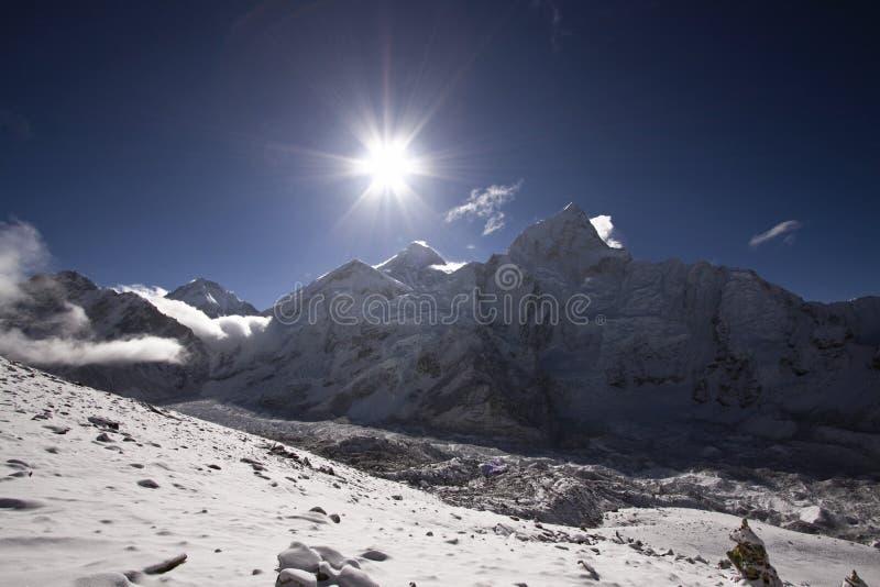 Salida del sol en el montaje everest Nepal imágenes de archivo libres de regalías