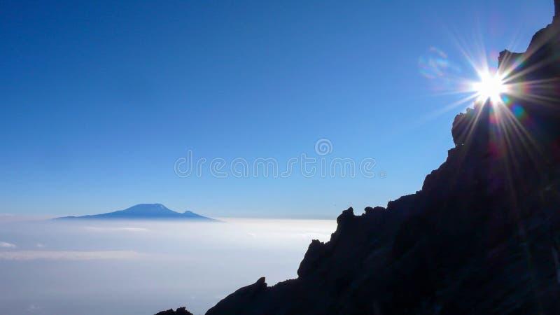 Salida del sol en el Monte Meru con vistas a Kilimanjaro fotografía de archivo libre de regalías