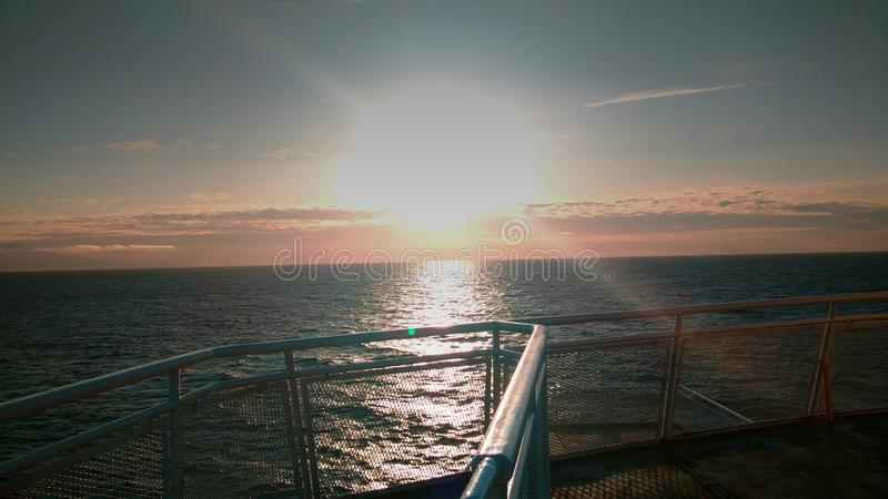 Salida del sol en el océano fotografía de archivo libre de regalías