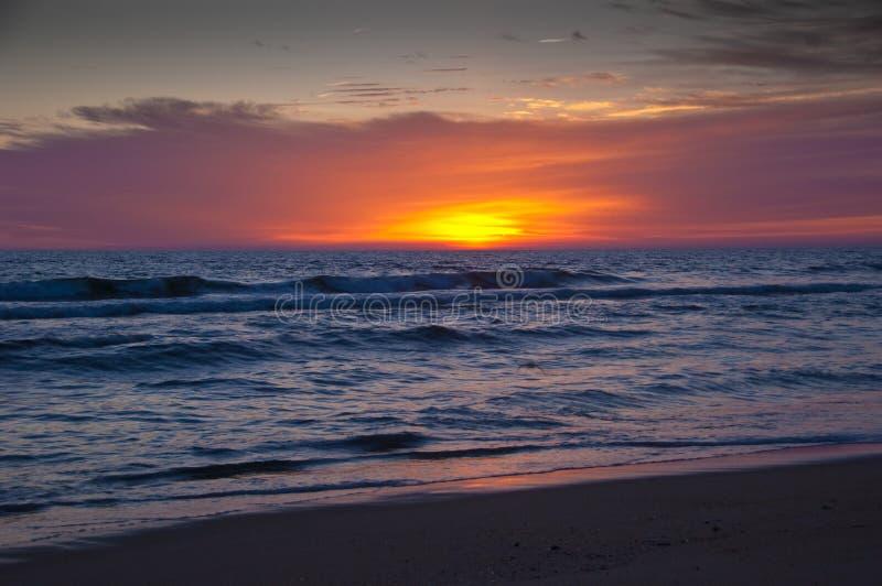 Salida del sol en el Océano Atlántico imagen de archivo libre de regalías