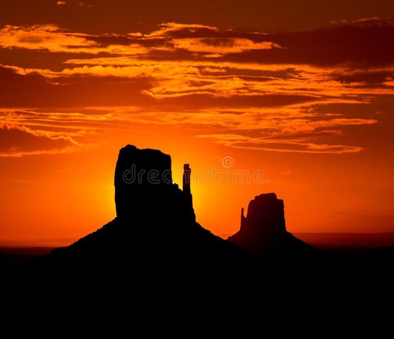 Salida del sol en el oeste del valle del monumento y la mota del este de las manoplas imagen de archivo