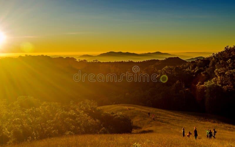 Download Salida Del Sol En El Paisaje De Las Montañas Imagen de archivo - Imagen de paisaje, sunrise: 64207537
