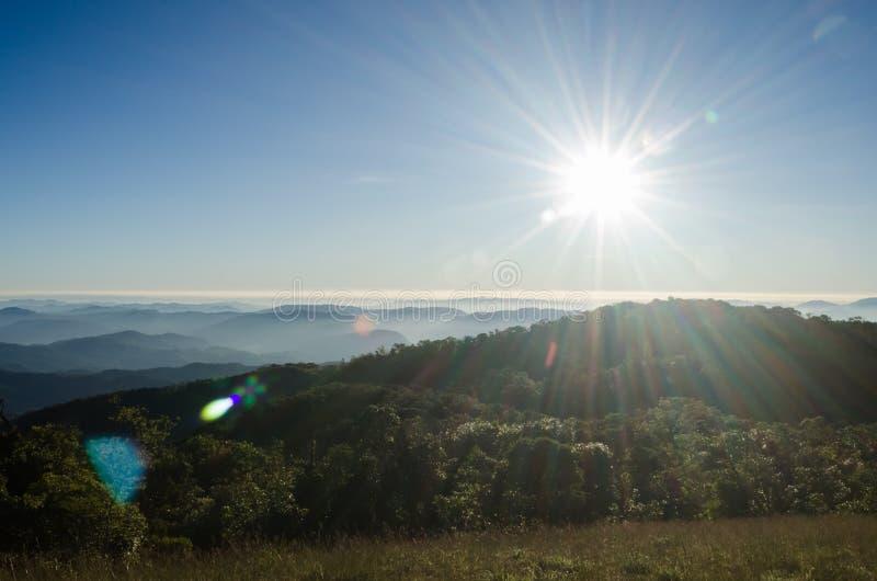 Download Salida Del Sol En El Paisaje De Las Montañas Foto de archivo - Imagen de lente, sunbeam: 64207568