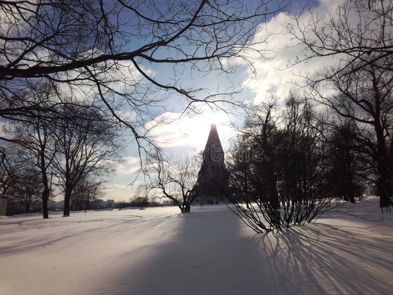 Salida del sol en el parque de Kolomenskoe imagen de archivo