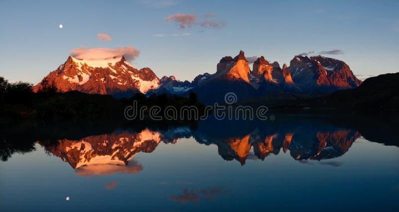 Salida del sol en el parque nacional de Torres del Paine, Chile fotos de archivo