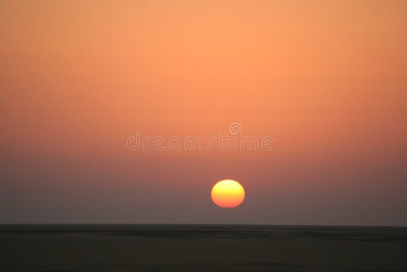 Salida del sol en el postre egipcio foto de archivo libre de regalías