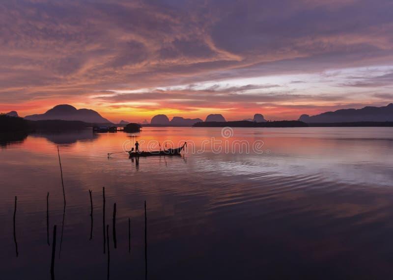 Salida del sol en el pueblo pesquero  imagen de archivo