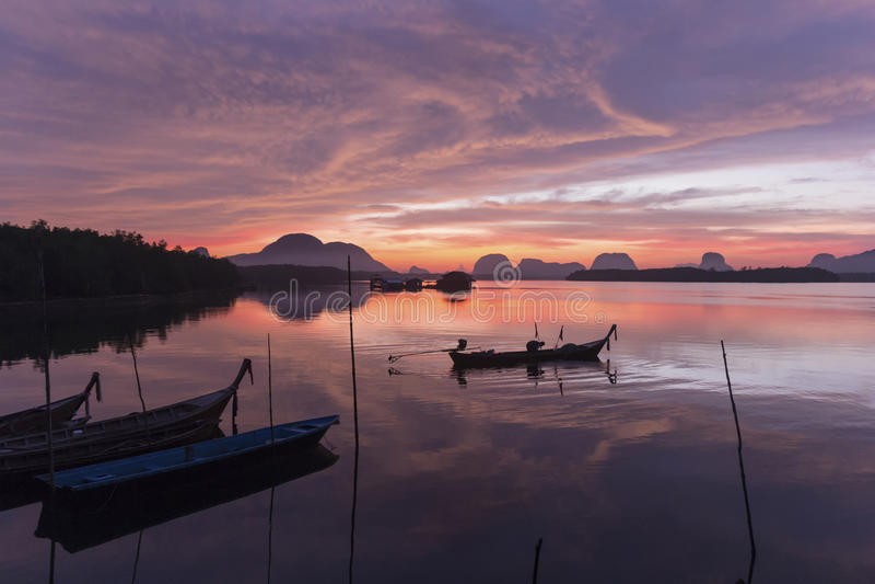 Salida del sol en el pueblo pesquero  fotografía de archivo